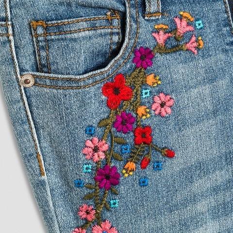 На серых джинсы с вышивкой 94